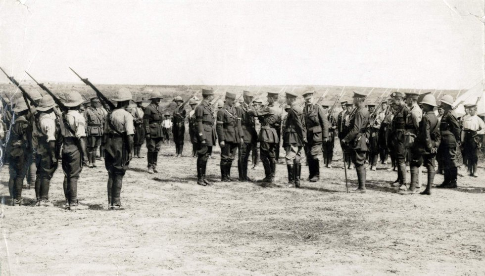 Tropas aliadas en formación durante la operación de los Dardanelos. El 25 de abril de 1915, las fuerzas británicas y francesas desembarcan en la península de Galípoli, en el estrecho de Dardanelos, en Turquía, aliada de Alemania. El imperio otomano cerró los estrechos al comienzo de la guerra, cortando a Rusia la salida al Mediterráneo. La campaña aliada, dirigida por Winston Churchill, apuntaba a atravesar los estrechos de Dardanelos y Bósforo para atacar a Alemania y Austria desde el este y unir fuerzas con Rusia. La operación resultó un fracaso.