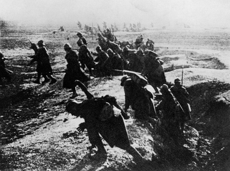 Soldados franceses se lanzan al ataque desde sus trincheras durante la batalla de Verdún, en el este de Francia. El 25 de febrero de 1916, las fuerzas alemanas lanzaron una ofensiva en Verdún, al este de París, para rendir a Francia y obligar al país a ir a la mesa de negociaciones. Las fuerzas alemanas avanzan pero son contenidas. Cuando terminan los combates en diciembre, las líneas de frente apenas han cambiado a pesar del asombroso número de bajas.