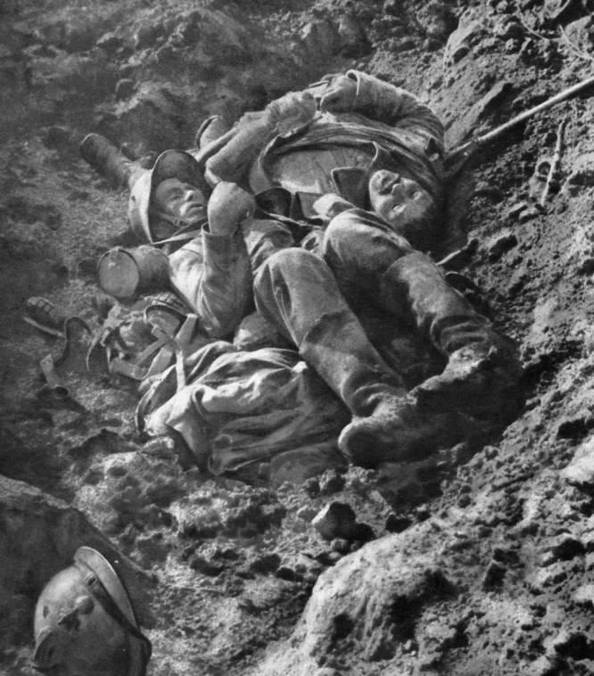Un soldado francés y otro alemán yacen muertos en una trinchera después de un combate cuerpo a cuerpo. Fotografía tomada el 8 de octubre de 1916.
