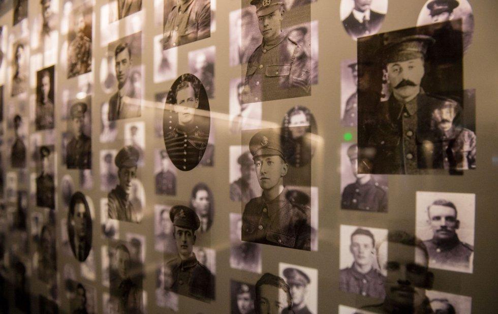 Imágenes de soldados de la Primera Guerra Mundial en el centro histórico dedicado a la batalla del Somme, en Thiepval (Francia). La batalla del Somme fue la más sangrienta de la guerra, con más de un millón de bajas, incluyendo alrededor de 400,000 muertos o desaparecidos. El 1 de julio de 1916 las fuerzas aliadas, principalmente británicas, atacan a las tropas alemanas en el frente del río Somme para aliviar la presión sobre el ejercito francés en el frente de Verdún. Los combates se prolongaron durante 141 días.