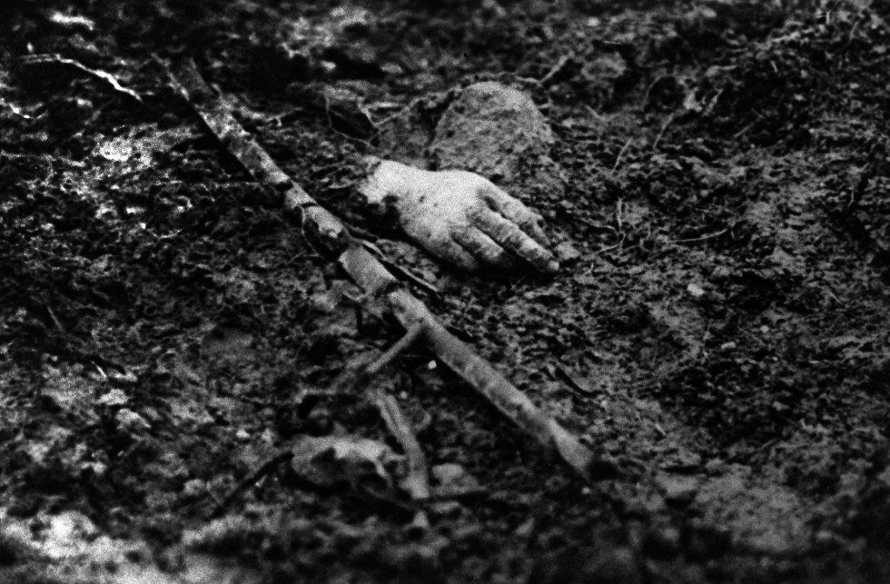 Fotografía sin fecha tomada durante los combates que muestra la mano de un soldado muerto en una trinchera del norte de Francia. Las batallas más sangrientas y decisivas de la Primera Guerra Mundial se libraron en el frente occidenta europeo que atravesaba los campos fangosos del norte de Francia y Bélgica. La línea del frente se extendía desde el Mar del Norte hasta las montañas de los Vosgos, cerca de Suiza.