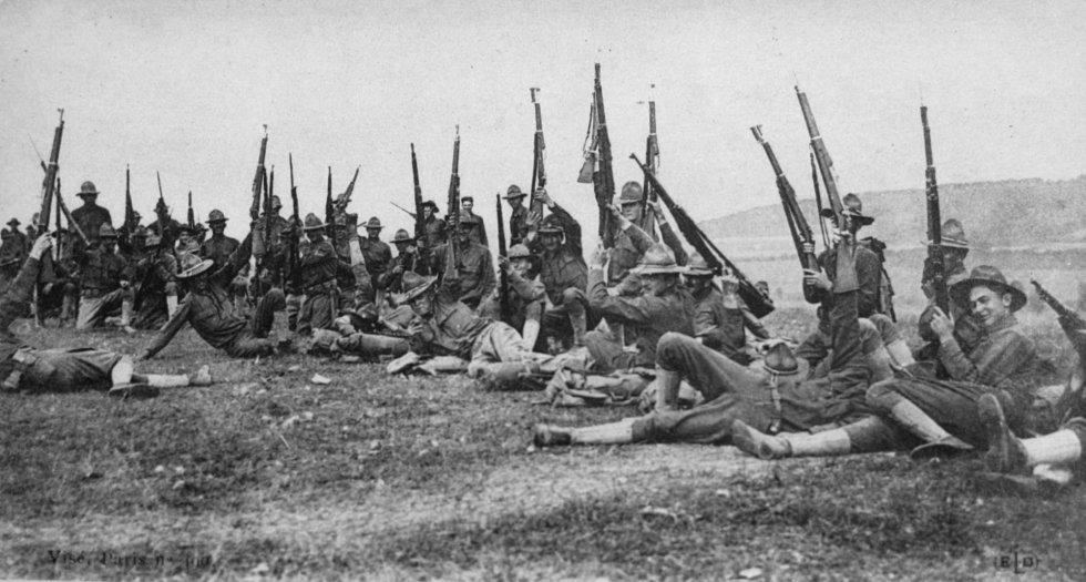 Tropas estadounidenses en el frente occidental. En enero de 1917, Alemania, bajo la presión del bloqueo marítimo británico, intensifica la campaña de ataque a buques mercantes británicos con submarinos, con el objetivo de estrangular la isla. Los Estados Unidos, irritados por el torpedeo de sus barcos en el Atlántico, entran en la guerra. El 6 de abril declara la guerra a Alemania y el 26 de junio llega el primer contingente de tropas al puerto francés de Saint-Nazaire.