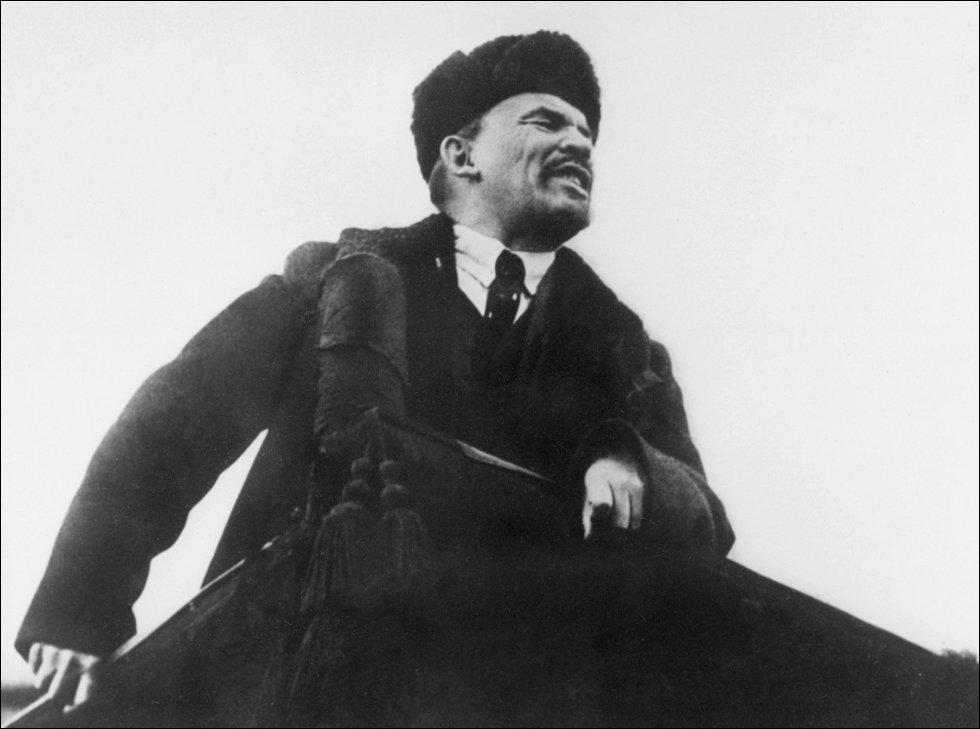 Lenin se dirige a sus partidarios en Moscú durante el primer aniversario de la revolución bolchevique, en octubre de 1918. Entre 1914 y 1917, Rusia pierde más de dos millones de soldados y oficiales en el frente oriental, donde sus fuerzas mal equipadas son diezmadas por las Potencias Centrales. La impopularidad de la guerra desata la revolución contra los zares y el ascenso al poder de los bolcheviques rusos.