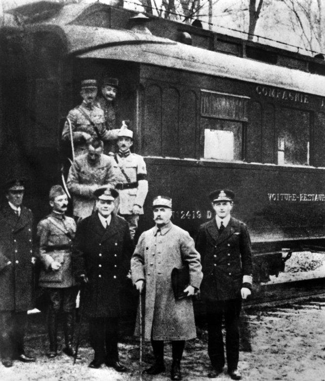 Firmantes del tratado de armisticio entre los aliados y Alemania, el 11 de noviembre de 1918. El alemán Matthias Erzberger, el conde Alfred von Oberndorff, el capitán británico Ernst Vanselow, el primer marinero almirante Rosslyn Wemyss, el representante británico, el general francés Maxime Weygand, y el mariscal Ferdinand Foch firmaron en el vagón de ferrocarril de Ferdinand Foch en el bosque de Compiegne el tratado que marcó el final de la Primera Guerra Mundial en el frente occidental.