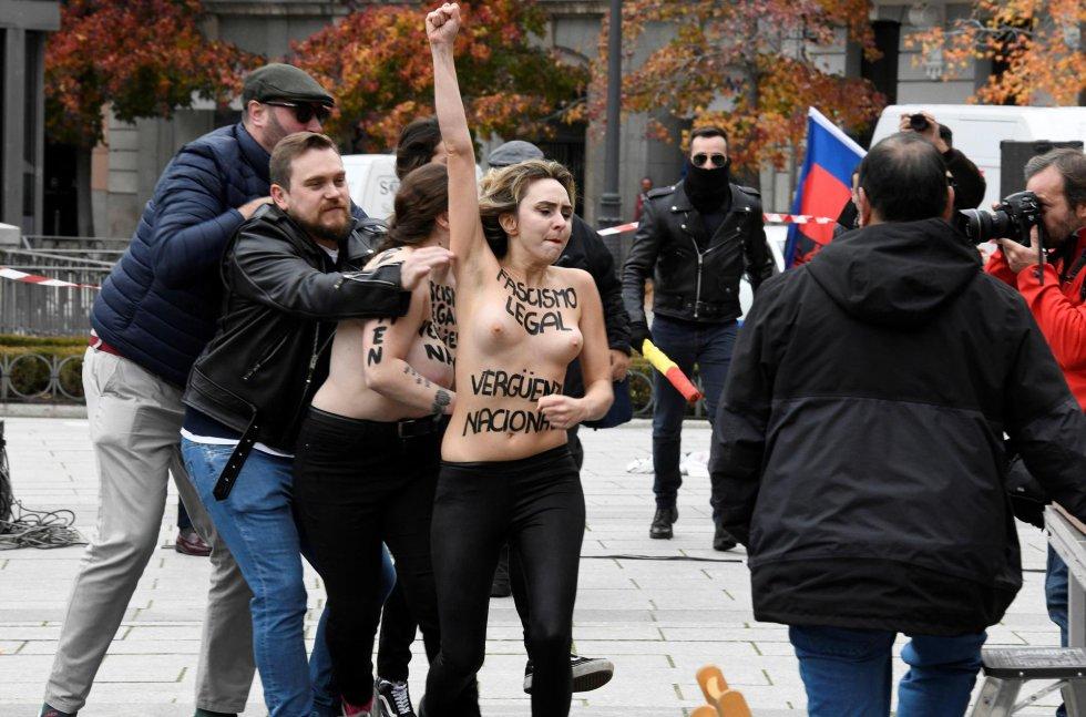 """Vestidas con pantalones negros y con el busto desnudo, las activistas de Femen llevaban escrito sobre el pecho el lema """"Fascismo legal, vergüenza nacional""""."""