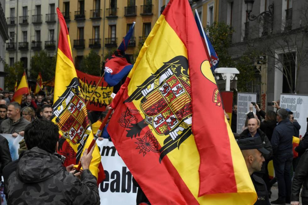 Los participantes en el acto, que ha consistido en una manifestación entre las madrileñas plazas de Callao y de Oriente, donde se ha celebrado el tradicional acto franquista, en esta ocasión en contra de la Ley de la Memoria Histórica.