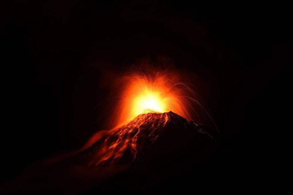 El Volcán de Fuego en erupción, visto desde el municipio de Alotenango, en Sacatepequez (Guatemala), el 19 de noviembre de 2018.