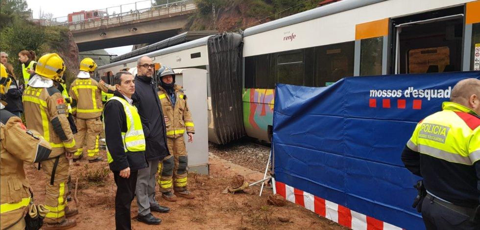 El consejero de Interior de la Generalitat, Miquel Buch, ha acudido al lugar del accidente. En la imagen, presencia las labores de rescate del equipo de los bomberos de Cataluña.