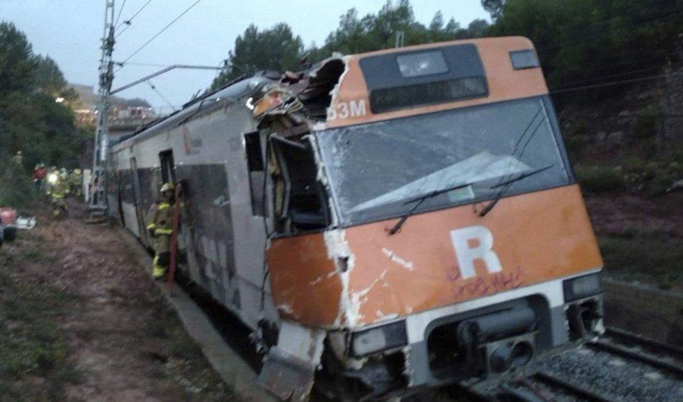 Aspecto que presentaba la parte frontal del tren de cercanías tras sufrir un descarrilamiento esta mañana en Vacarisses (Barcelona), en la línea R4 Manresa-Sant Vicenç de Calders. En la parte trasera, los bomberos acceden al interior.