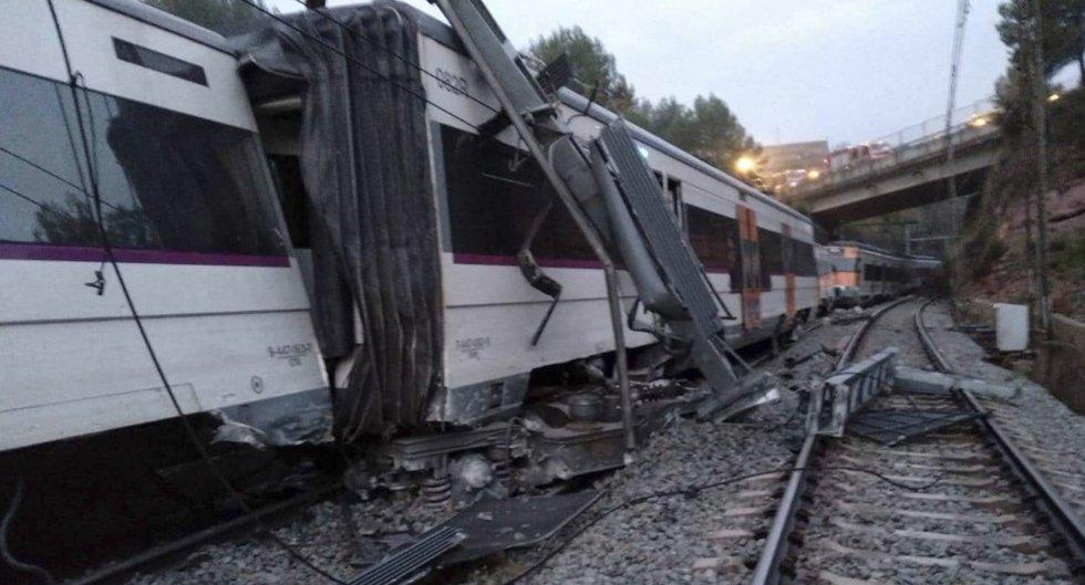"""La primera noticia sobre el descarrilamiento se recibió en el teléfono de emergencias 112 a las 6:15 de la mañana, según Protección Civil. El organismo detalla que se trató de dos llamadas de pasajeros que informaban de que se había producido una colisión y de que el tren estaba """"parado en la oscuridad""""."""