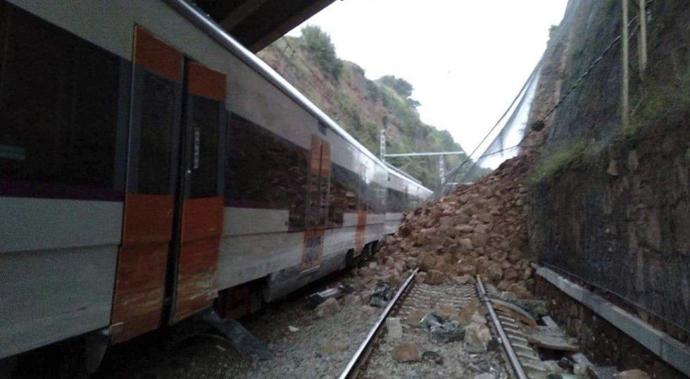 La vía ha sido afectada por un desprendimiento que ha invadido la infraestructura. Al menos una persona ha muerto y otras 49 han resultado heridas, cinco de ellas menos graves y 44 leves.