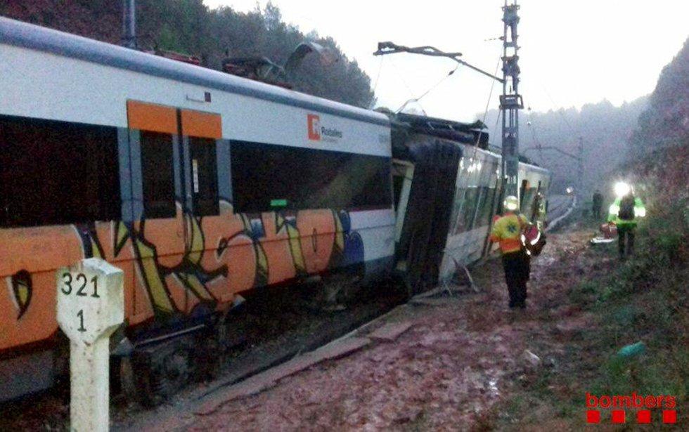 Imagen difundida en Twitter por los bomberos de Cataluña durante las labores de rescate y asistencia a los pasajeros de los seis vagones descarrilados del tren de cercanías de la línea R4 de Rodalies Catalunya.