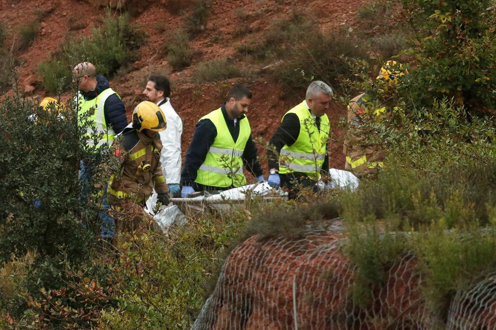Trabajadores del equipo de rescate trasladan el cuerpo de la persona fallecida en el siniestro.