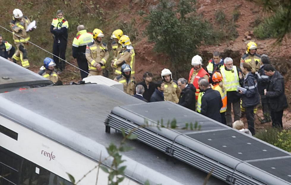 El presidente de la Generalitat, Quim Torra (en el centro), visita el lugar donde se ha producido el descarrilamiento del tren de cercanías en Vacarisses (Barcelona).