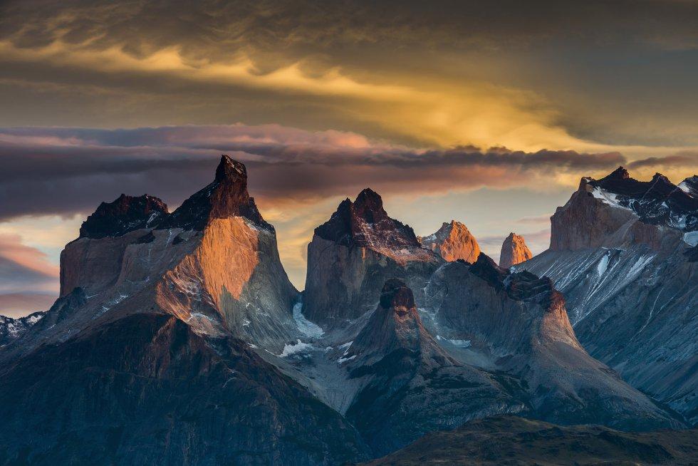 Os fortes ventos que varrem a Patagônia chilena desenham chamativas nuvens que sobrevoam um dos grupos montanhosos mais belos do mundo, os Cuernos del Paine. Durante o inverno austral, a luz ideal para fotografá-las é a do amanhecer.
