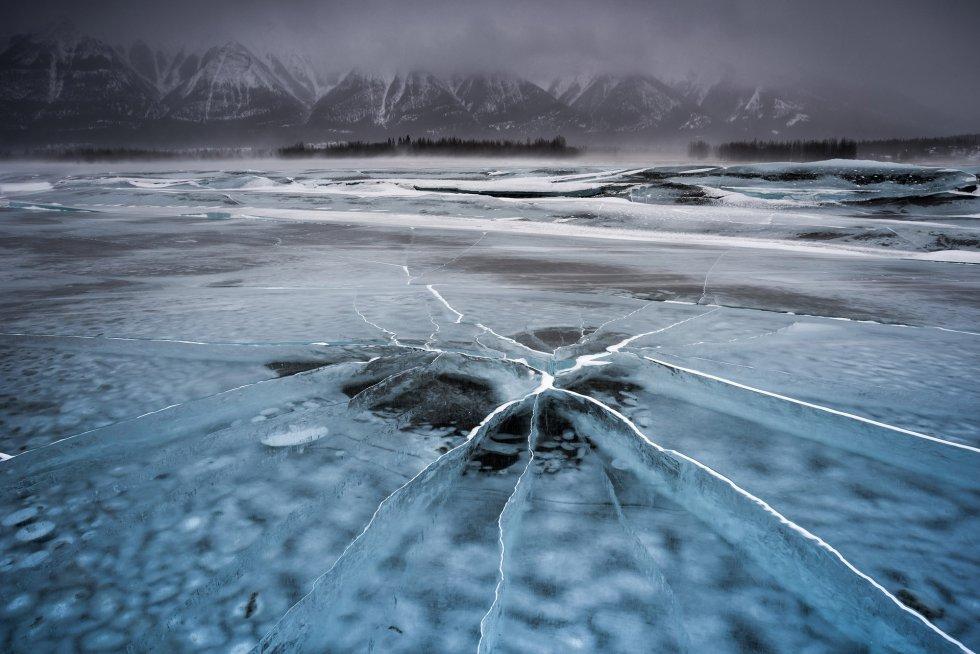 Quando este lago das Rochosas canadenses se congela, forma fendas que deixam de receber água das montanhas no momento mais intenso do inverno.