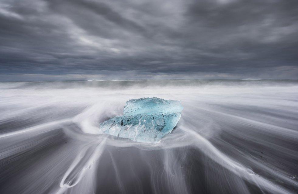 Este bloco de gelo que se movia à mercê das ondas do Atlântico Norte foi fotografado de dentro da água.