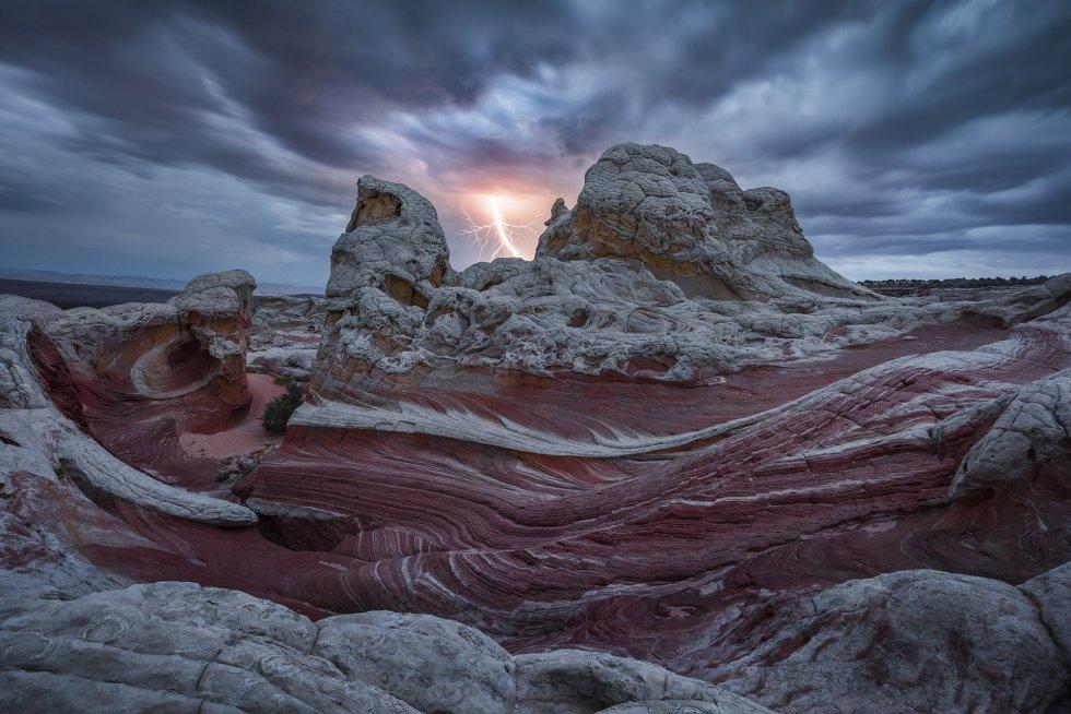 Chegar a este rincão do Arizona exige três horas de carro por uma pista de areia para ver como estes estratos de cores se retorcem criando o efeito de movimento, como se a rocha fluísse.