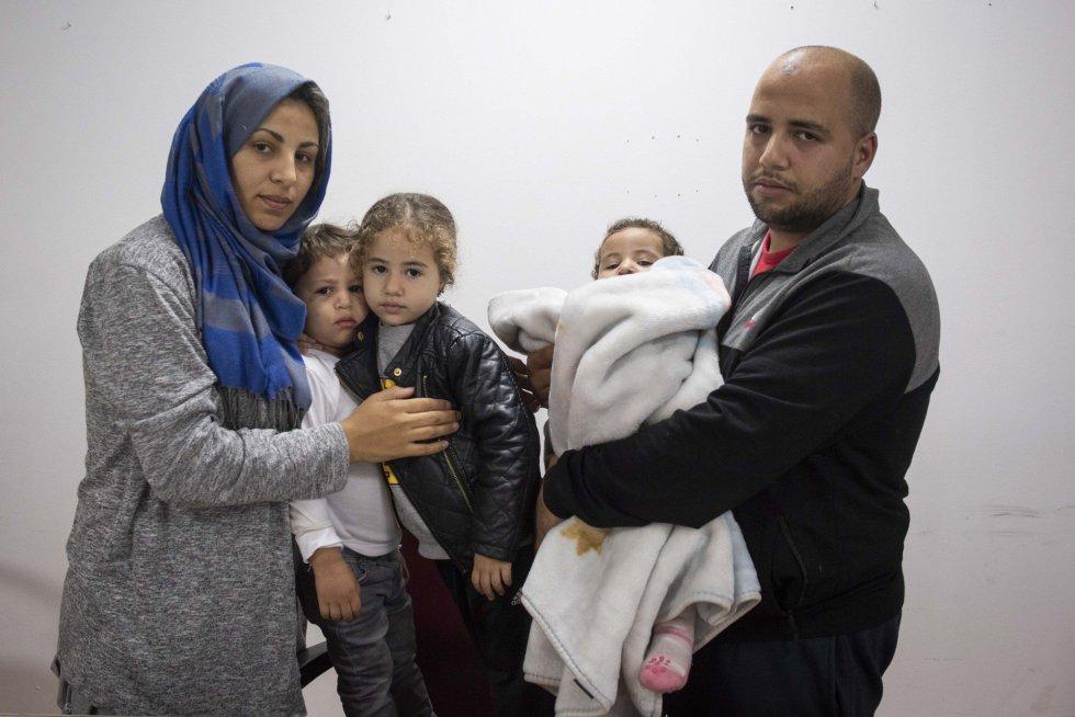 Las familias migrantes que viven en el Centro de Estancia Temporal de Inmigrantes (CETI) se sienten atrapadas. En la foto, Zaid Elhachemi y su mujer Fátima, embarazada de cinco meses, junto a sus hijos.