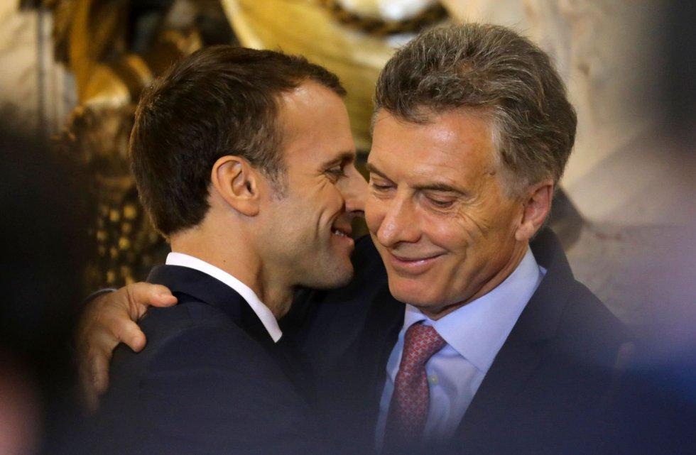 El presidente francés, Emmanuel Macron (a la izquierda), saluda a su homólogo argentino, Mauricio Macri, durante una rueda de prensa en la Casa Rosada de Buenos Aires.