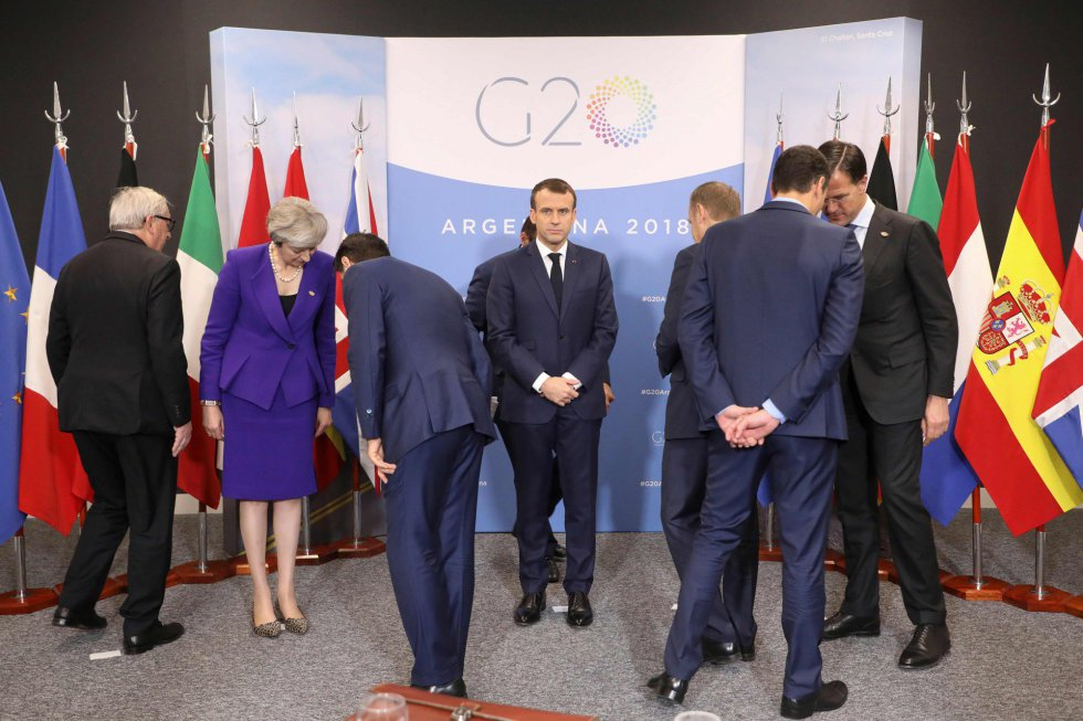 De izquierda a derecha: Jean-Claude Juncker, presidente de la Comisión Europea, los primeros ministros de Reino Unido (Theresa May) e Italia (Giuseppe Conte), el presidente francés (Emmanuel Macron) y el del Consejo Europeo (Donald Tusk), el presidente del Gobierno español, Pedro Sánchez, y el primer ministro holandés, Mark Rutte, durante los preparativos para una fotografía antes del inicio del G20.