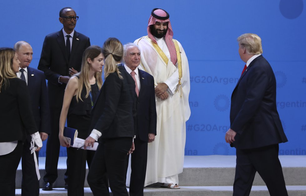 Donald Trump, a la derecha, camina frente al príncipe saudí Mohammed bin Salman (arriba a la derecha), Michel Temer y Vladimir Putin, el 30 de noviembre de 2018.