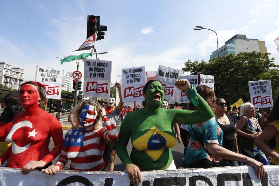 Manifestantes participan en una movilización en contra de la Cumbre del G20, en Buenos Aires (Argentina), el 30 de noviembre de 2018. Organizaciones sociales, políticas y activistas se han sumado a una marcha convocada por la Confluencia Fuera G20-Fondo Monetario Internacional (FMI), como parte de la actividades que rechazan la cumbre de líderes que se desarrolla entre este viernes y el sábado en la capital argentina.
