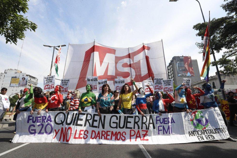 """La cabecera de la manifestación porta una pancarta en al que se puede leer """"Quieren guerra y no les daremos paz"""", en Buenos Aires (Argentina), el 30 de noviembre de 2018."""