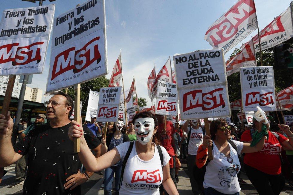 Miembros del MST (Movimiento Socialista de los Trabajadores) durante la movilización en contra de la presentación del G20 en Buenos Aires (Argentina), el 30 de noviembre de 2018. Aparte del rechazo al G20 los reclamos a nivel nacional irán dirigidos hacia la 'política del ajuste' del Ejecutivo y hacia las medidas de Mauricio Macri que han aumentado la deuda externa.
