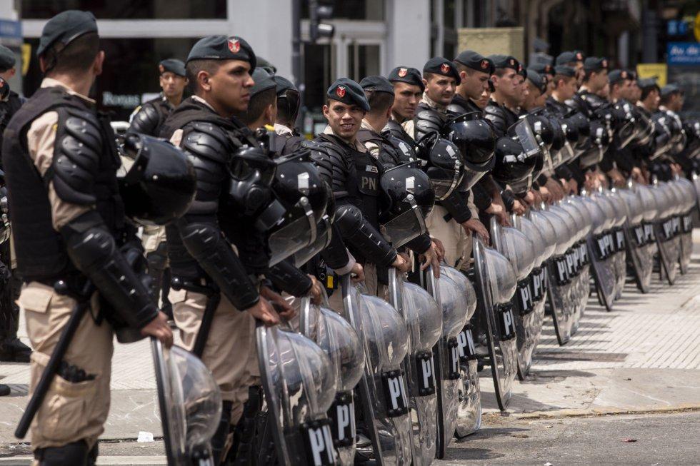 Un cordón de la policía militar durante la manifestación en torno a la Cumbre de Líderes del G20, en Buenos Aires (Argentina), el 30 de noviembre de 2018.