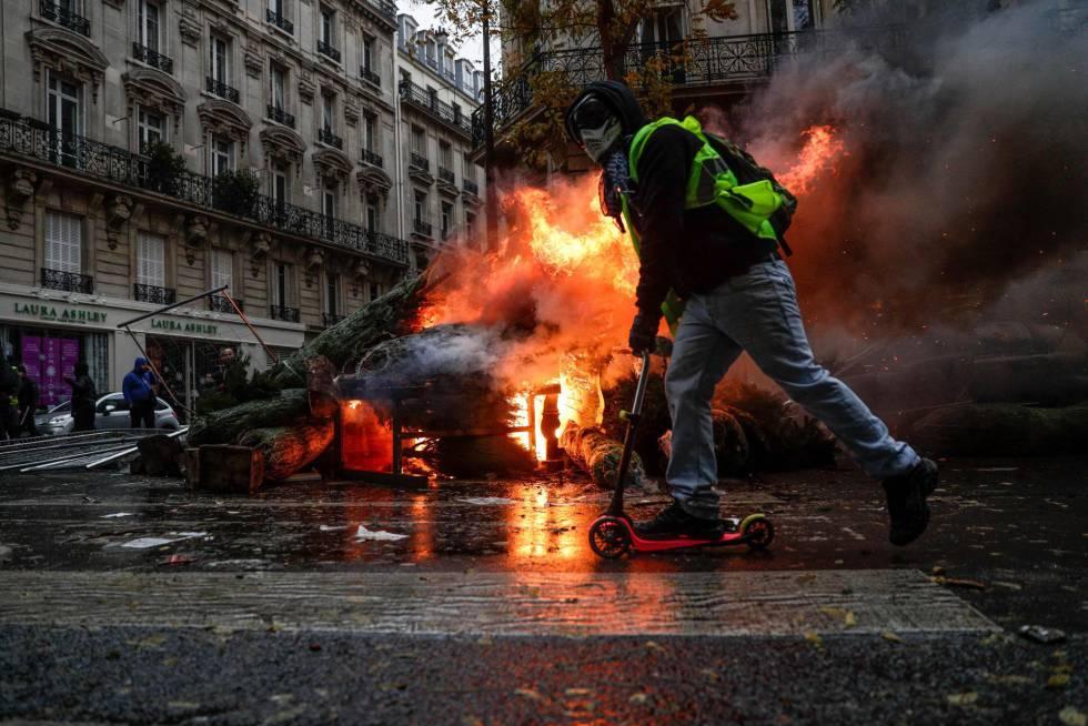 Un manifestante en patinete durante los disturbios este sábado en París (Francia).