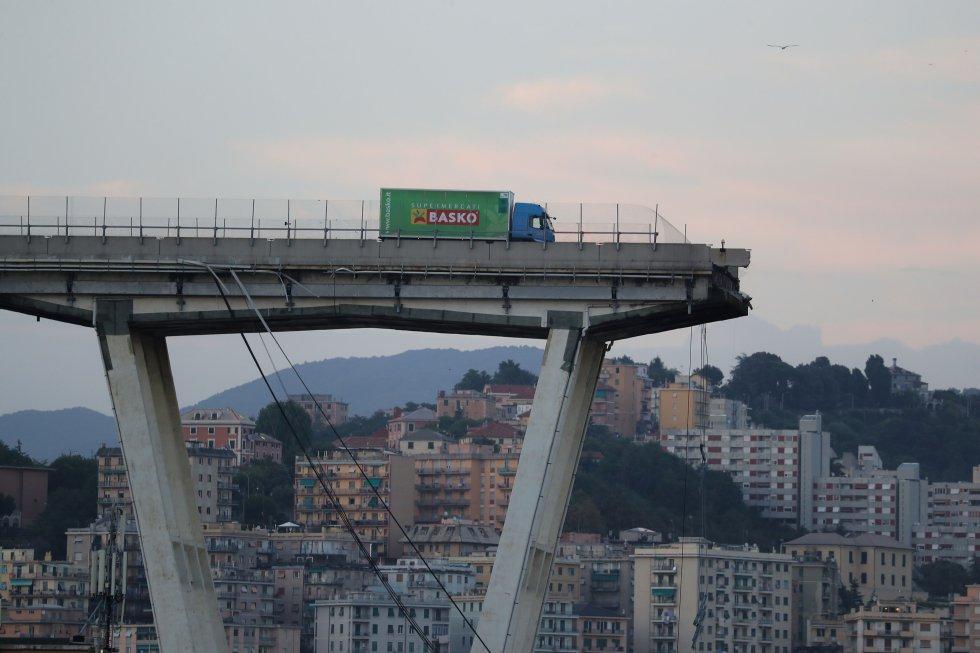 Un camión detenido ante al abismo que interrumpe el puente Morandi en Génova (Italia), el 14 de agosto de 2018. En el momento en el que ocurrió el derrumbe del puente, hacia el mediodía, había unos 30 coches y tres camiones en ese tramo de la autovía que cayeron al vacío, provocando la muerte de 39 personas y 16 heridos de gravedad. El Gobierno responsabilizó del siniestro a la concesionaria que administra ese tramo de carretera por no haber realizado el mantenimiento y anunció, en una decisión sin precedentes, que le retiraría la concesión.