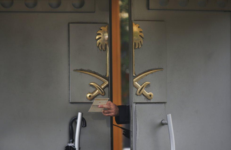 En la foto, un guardia de seguridad pasa un documento a su colega en el consulado de Arabia Saudita en Estambul (Turquía), el 15 de octubre de 2018. Dos semanas antes, el periodista Jamal Khashoggi fue asesinado dentro de la misión diplomática, a la que había entrado para hacer un trámite, y de la que nunca salió. El periodista, de 59 años, había caído en desgracia en el Arabia Saudita tras criticar al régimen de Riad. El presidente turco, Recep Tayyip Erdogan, aseguró que se trató de un crimen planificado, contradiciendo así la versión saudí que sostuvo que se trató de un error y que ocurrió durante una pelea.