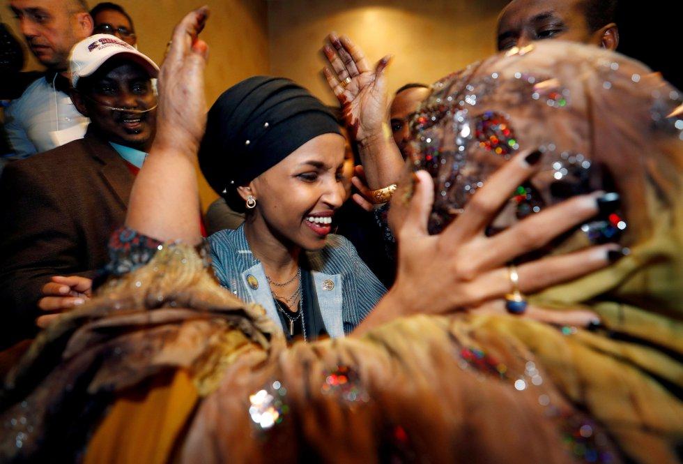 Ilhan Omar, candidata demócrata electa al Congreso de Estados Unidos, saluda a su suegra durante la fiesta de las elecciones legistalivas en Minesota, el 6 de noviembre de 2018. La conducta de Trump en la presidencia llevó a las mujeres a romper nuevas barreras con al menos 95 representantes en el Congreso. Omar se convirtió en una de las primeras mujeres musulmanas en llegar a la Cámara de Representantes, siendo ya la primera legisladora por su Minesota de origen somalí. La demócrata de 33 años huyó junto a su familia de la guerra de Somalia, vivió cuatro años en un campo de refugiados en Kenia y llegó a Estados Unidos a los 12.