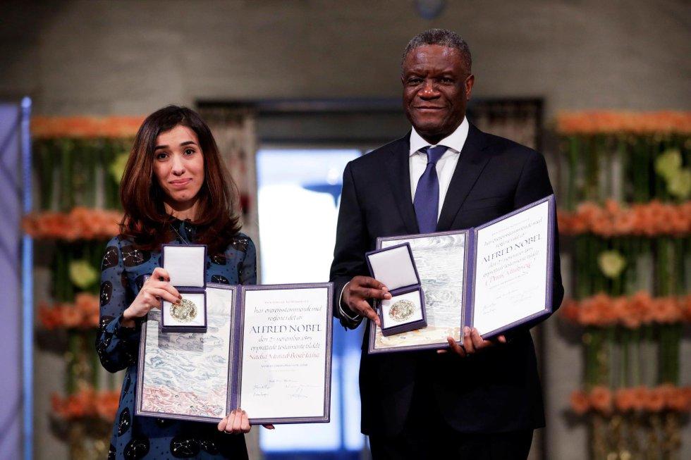 El congoleño Denis Mukwege y la iraquí Nadia Murad posan con sus galardones tras recoger el premio Nobel de la Paz durante la ceremonia en el Ayuntamiento de Oslo (Noruega).