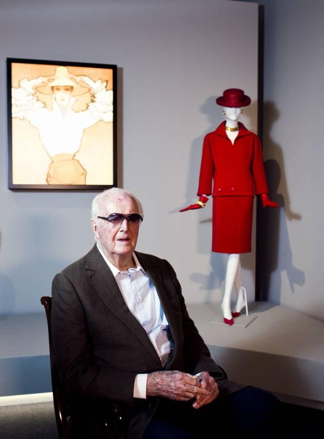 """10 de marzo. El """"eterno aprendiz"""", como se definía a sí mismo, siempre soñó. Primero con ir a París desde su Beauvais natal. Después, soñó con crear su propia marca: la Maison Givenchy, que inauguró en 1952. Solo dos años después se convirtió en el primer diseñador en presentar una línea de 'prêt-à-porter' de lujo. Y en el camino se cruzó con Audrey Hepburn, su musa, pero también su amiga: """"Me cambió la vida"""". Durante 43 años, el diseñador estuvo acudiendo a su 'atelier' cada día a las siete de la mañana. Infatigable, se retiró en 1995: """"Dejaré de hacer ropa, pero jamás de descubrir. La vida es como un libro: hay que saber pasar página"""". Él supo hacerlo hasta el final. Por Pablo León"""