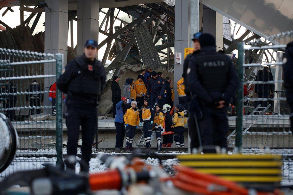 """Al menos siete personas han muerto y 46 han resultado heridas en Ankara tras el choque de un tren de alta velocidad con una locomotora de mantenimiento que inspeccionaba las vías, según han informado las autoridades locales. """"Siete personas murieron en el accidente"""", ha señalado el gobernador de Ankara, Vasif Sahin, según informa la emisora CNNTürk. En la imagen, personal de rescate y bomberos trabajan en la zona del accidente."""