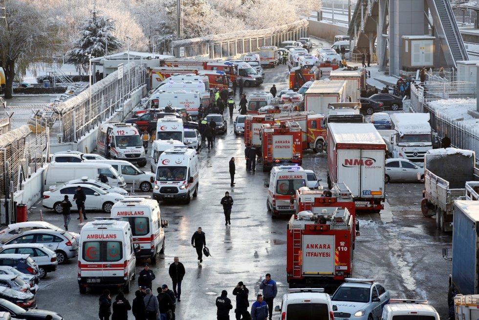 En las primeras declaraciones tras el accidente, Sahin cifró en cuatro los fallecidos, aunque advirtió de que las labores de rescate continuaban y ya entonces no descartaba que el número de víctimas mortales pudiera ascender. El Equipo de Rescate Médico Nacional (UMKE, según sus siglas en turco), el cuerpo de Bomberos y los servicios de emergencias se encuentran en el lugar de los hechos. Los heridos están siendo trasladados a los hospitales de la región en ambulancias. En la imagen, ambulancias y camiones de bomberos, cerca de la zona del accidente.
