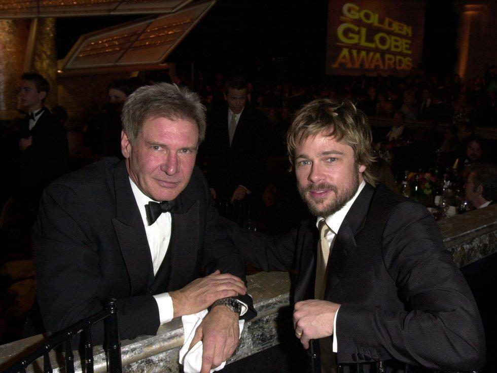 Harrison Ford y Brad Pitt posan juntos en el 'backstage' de los Globos de Oro, en el hotel Beverly Hilton de California en enero de 2002.