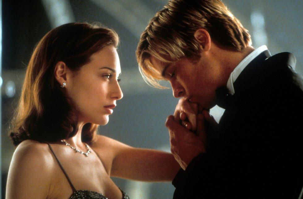Brad Pitt besa la mano de la actriz Claire Forlani en una escena de '¿Conoces a Joe Black?', cinta de 1998.