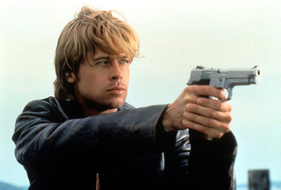 Brad Pitt con una pistola en un fotograma de 'La sombra del diablo', de 1997.