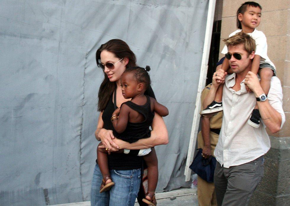 Brad Pitt, junto a Angelina Jolie y sus hijos Maddox y Zahara, en Bombay (India) en 2006.
