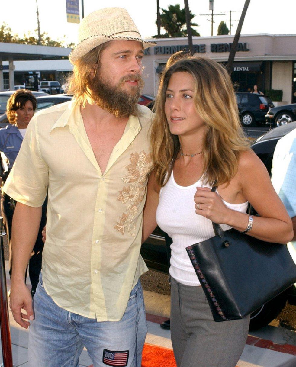 """El matrimonio compuesto por Brad Pitt y Jennifer Aniston a su llegada al estreno de la película """"Full Frontal"""", en Beverly Hills (California, Estados Unidos) en julio de 2002."""
