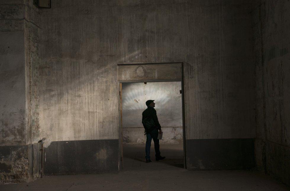 Un miembro del equipo del Ayuntamiento de Sevilla entra a la sala de los Grabados.