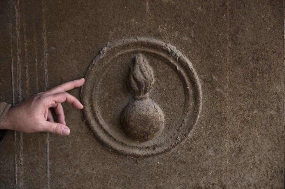 Símbolo de una bomba que se repite en puertas y zócalos por todo el edificio.