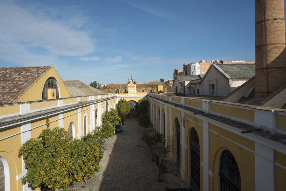 Pasillo central que divide el complejo, visto desde las cubiertas de la fábrica. El lateral izquierdo albergará el Centro Magallanes.