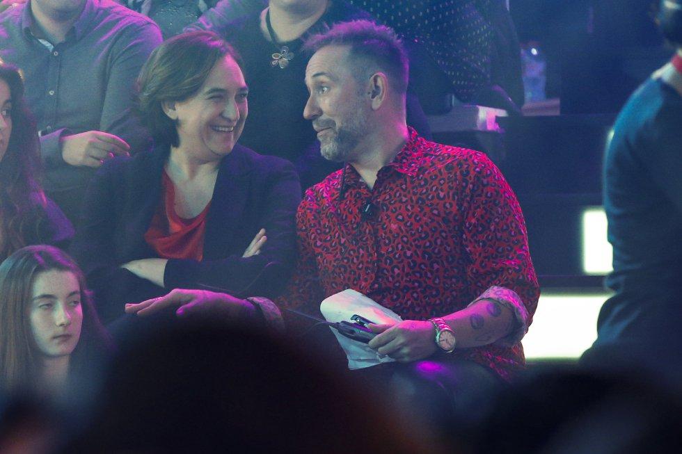 Ada Colau, alcaldesa de Barcelona, junto a Mateo Vergara animador del público del plato durante la gala.