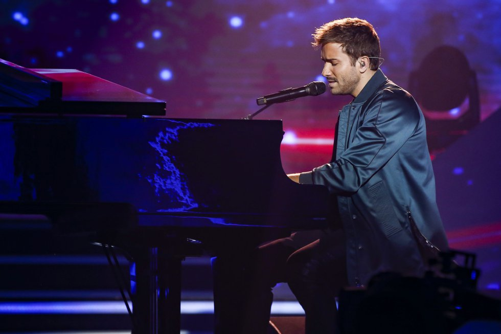 El artista invitado Pablo Alborán interpretando una de sus últimas canciones durante la gala.