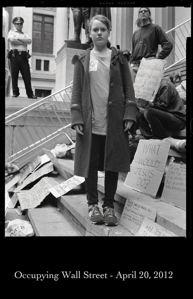 """Sem título [12 abril, 2012], da série """"Ocupando Wall Street"""", 2012. Nascido em Neu-Ulm, na Alemanha, o nome de Arthur Walther está incluído nas listas dos personagens mais influentes do cenário da fotografia internacional. Ele faz parte de diferentes comitês de fotografia de instituições culturais e educacionais, como o Museu Whitney, as universidades Vassar, Bard e de Arquitetura e Design do MoMA."""