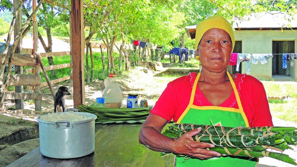 """""""Los pech son un pueblo originario de Honduras que aún mantienen vivas sus costumbres, lengua tradiciones y gastronomía. La yuca, el plátano, el maíz y los frijoles son la base de su dieta alimentaria. El Shaa (sasal) y el Tewakó (chilero) son dos platillos que representan la esencia de su gastronomía y que se elaboran con ingredientes que cultivan en los huertos familiares, además de carne de animales menores, como gallinas o cerdos"""", se lee en la publicación."""